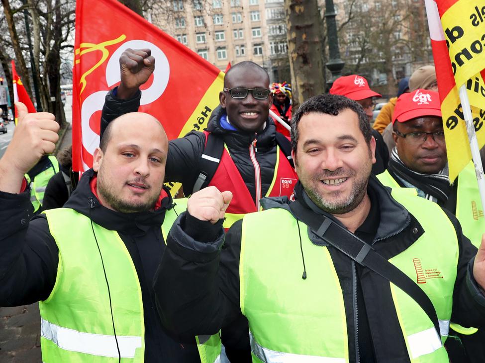 « Frottez, frottez, il faut payer. Le mal au dos, il faut payer », scande la cinquantaine de manifestants, employés de l'hôtellerie et du nettoyage, venus en bus de Paris à Bruxelles en solidarité avec la douzaine de femmes de chambre, gouvernantes, plongeurs qui tiennent le piquet devant le quatre étoiles de la banlieue Nord de Paris.
