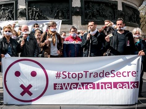 Emmanuel Macron interpellé sur sa loi sur le secret des affaires