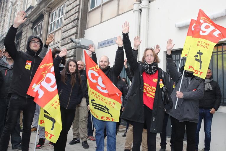 Vote durant l'assemblée générale des cheminots CGT de Paris Est, pour la grève des cheminots, à Paris, gare de l'Est, le 3 avril 2018.
