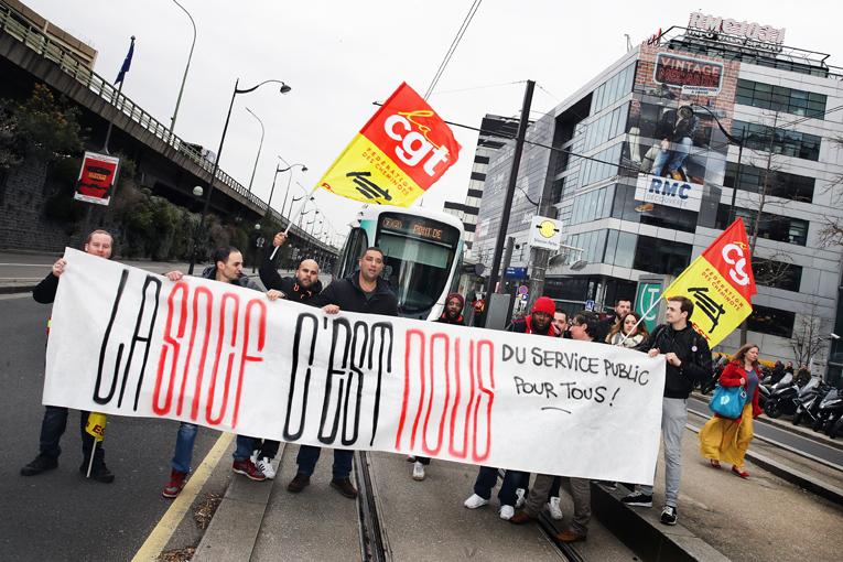 Les cheminots CGT sont allés jusqu'au siège de BFM TV, lors de la première journée de grève Cheminots, le 3 avril 2018.