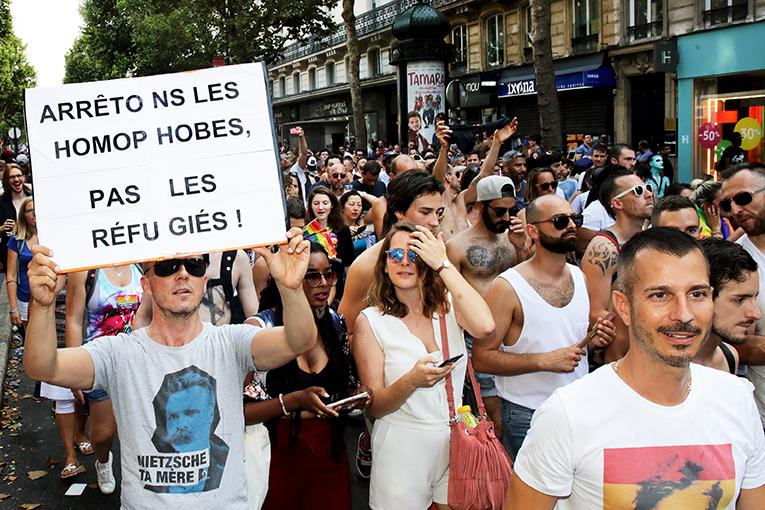 Mot d'ordre de la marche de cette année : «Dans le sport comme dans la vie, les discris au tapis» était complété par les slogans, pancartes et autres phrases scandées par les manifestants et les chars de la manifestation, pour la prévention et la santé, pour l'accueil des réfugiés, pour l'ouverture de la PMA à toutes les femmes, et bien d'autres. © Bapoushoo