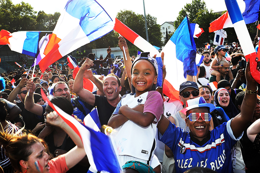 Rassemblé·e·s bien avant le coup d'envoi, les Bondynois·es étaient nombreuses et nombreux à s'être retrouvés pour suivre la finale de la Coupe du monde de football au stade Léo-Lagrange ce dimanche 15 juillet 2018.