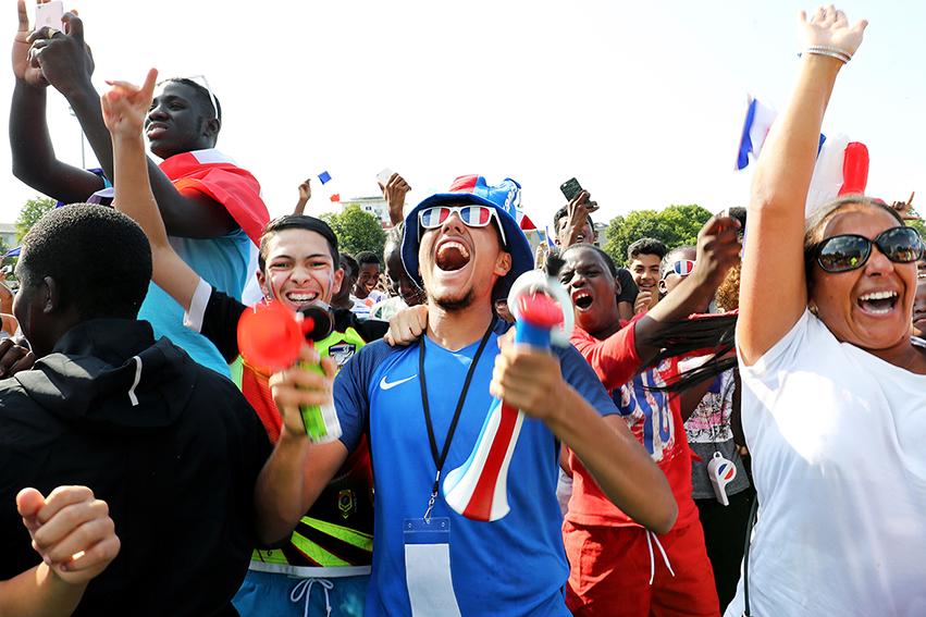 En liesse, la foule célébrait chacun des buts marqués par la France de cette finale par un concert de corne de brumes, de cri et de chants, dans une ambiance bon enfant et une forme de communion.