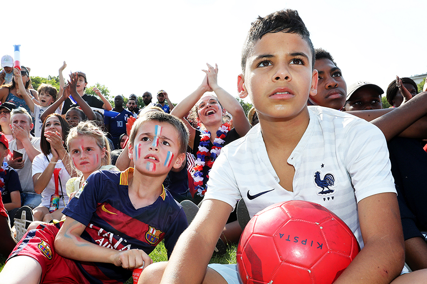 Le football reste le sport (ou l'un de ceux) le plus pratiqué par les Français·es. La FFF indique avoir aujourd'hui près de 2,2 millions de licenciés et près de 15000 clubs