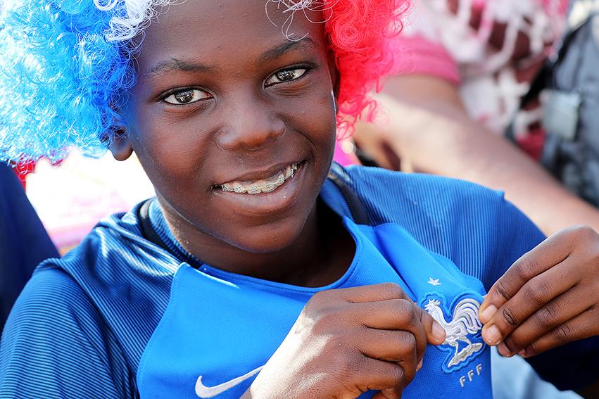 Le maillot de l'équipe de France, revêtu par beaucoup et notamment par les très jeunes, illustrait le soutien fort de ces enfants à ces jeunes –à peine plus grands, Kylian Mbappé n'a que 19 ans– et impose aux inquisiteurs en citoyenneté et aux donneurs de leçons permanents à la «banlieue», un salvateur moment de silence.