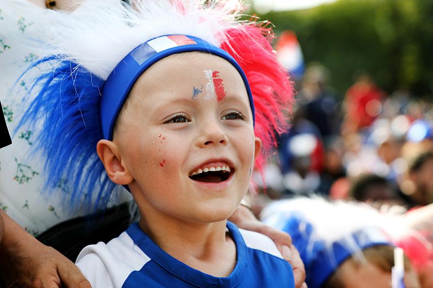 Le football reste le sport le plus populaire dans notre pays, et les plus jeunes, suivants des yeux les actions sur le terrain moscovite, démontraient un attrait jamais démenti pour une discipline traversés par les excès, mais toujours au cœur du sport populaire.