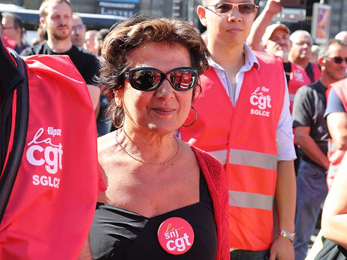 Les ouvriers du livre, ultra-majoritaires sur la place du Palais Royal, sont loin d'être les seuls concernés. Mariem, documentaliste photo à l'Agence France Presse, est inquiète aussi. « Si le système coopératif explose, des tas de journaux vont disparaître. Pour notre agence, cela signifie autant de clients en moins... et cela va ressurgir sur l'emploi dans nos entreprises », explique la militante du SNJ CGT.