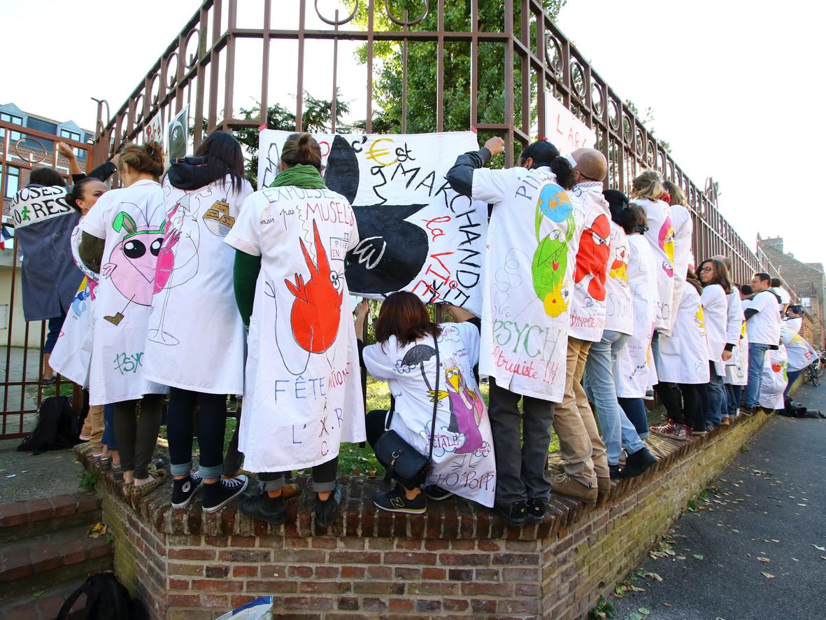 Hôpital psychiatrique Pinel : les grévistes s'enchaînent aux grilles de l'ARS