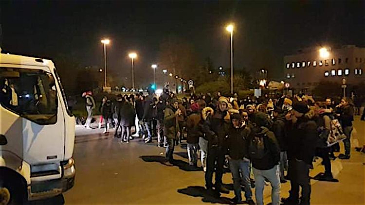 Blocage du port de Gennevilliers par des syndicats et des étudiants