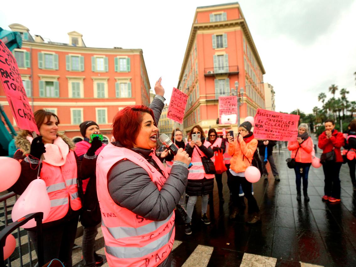Assistantes maternelles en gilets roses pour leur droit au chômage indemnisé