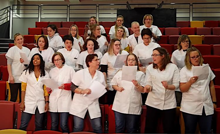 Les infirmières des urgences de Valence chantent leur colère