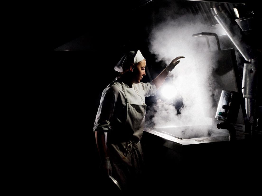 Hospital cafeteria of Asti, Italy, 2011 © Steve McCurry / Magnum Photos« La préparation des repas participe à l'ensemble de la chaîne de santé. Il y a un énorme contraste entre l'objet même de l'établissement – la santé des individus – et un espace de travail très confiné, pénible. »