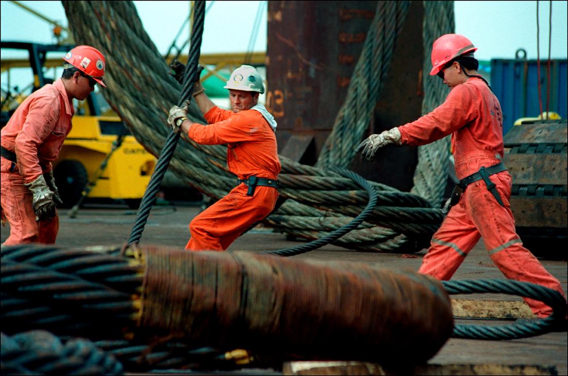 EMI - Saipem, Black Sea, Turkey, 2001 © Ian Berry / Magnum Photos« Même lorsqu'il est individualisé par des formes de management qui y incitent, le travail reste très souvent le résultat d'un travail collectif. Ici, au milieu de l'exploitation d'un gisement pétrolier, on voit un travail d'équipe avec une répartition des tâches. En même temps, c'est bien l'avenir de la planète qui est en jeu  ; on ne pourra pas continuer à prélever ses ressources aussi aveuglément qu'on l'a fait durant ces dernières décennies. »