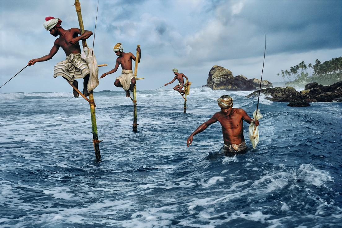 Fishermen, Weligama, South Coast, Sri Lanka, 1995 © Steve McCurry / Magnum Photos« Telle une fresque, cette photo montre des pêcheurs, superbes, sur leur perchoir. C'est aussi le symbole de l'instabilité et de la précarité dans lesquelles vivent de plus en plus de travailleurs aujourd'hui. »