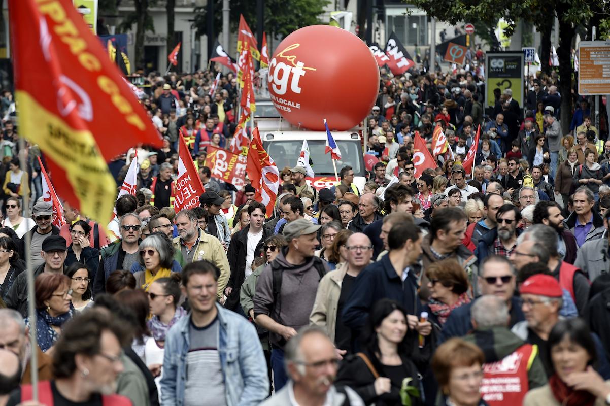 À Nantes, un cortège dense et des militants divers ont défilé pour ce 1er-mai dans une ambiance calme qui contrastait avec la répression et la désorganisation qui a mené à la fragmentation du cortège syndical parisien.Sébastien Salom-Gomis/ AFP