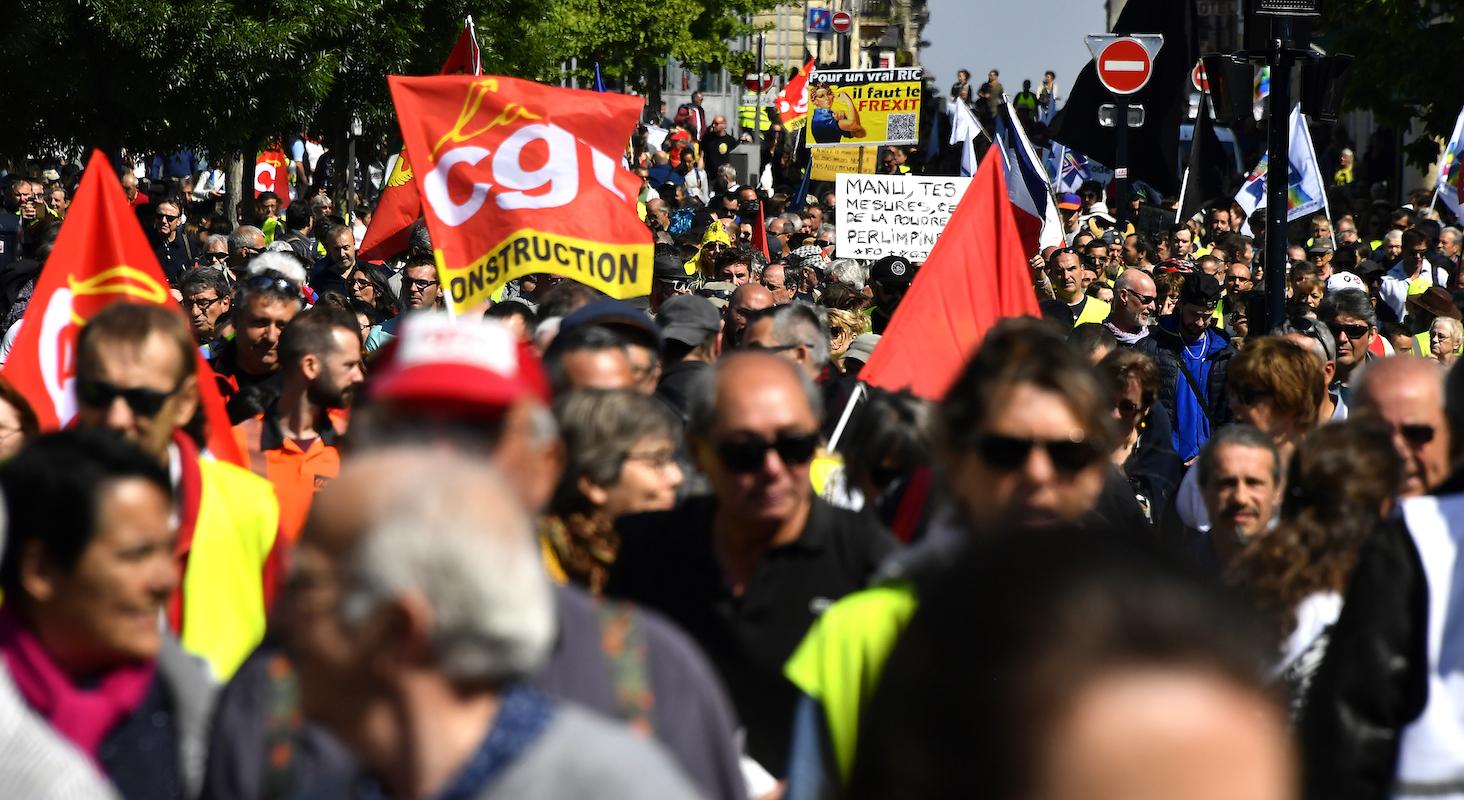 Des membres de syndicats et d'autres personnes défilent lors du rassemblement du 1er mai pour la fête des travailleurs à Bordeaux, le 1er mai 2019.Georges Gobet / AFP
