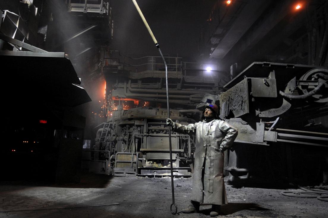 Jean-Michel, fondeur de l'aciérie de Saint-Saulve, France, 2008 © Jean-Michel Turpin«L'ouvrier fondeur a des allures de chevalier blanc au milieu de cette aciérie, un environnement de travail particulièrement pénible et usant, avec chaleur, bruits et cadences. C'est une représentation héroïque du travail, au cœur de la transformation de la matière en objets usuels. »