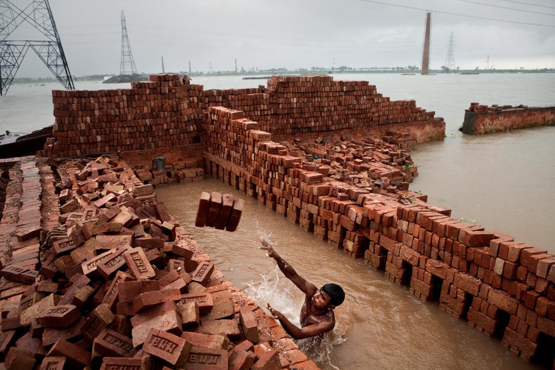Brick kilns marooned in water, Ashulia, Bangladesh, 2010 © Jonas Bendiksen / Magnum Photos« Voilà un travail directement lié aux effets des bouleversements climatiques qui frappent déjà certaines zones du globe, notamment parmi les plus pauvres. Il montre l'enjeu de la redéfinition des modes de production et d'échange à l'échelle internationale, pour faire face aux impératifs environnementaux. »