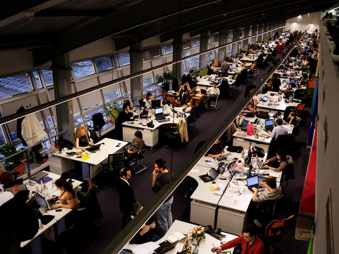 At the offices of Turkcell, Istanbul, Turkey, 2013 © Jonas Bendiksen / Magnum Photos« Un open space, un espace de travail ouvert. Cela laisserait croire à un espace de travail collectif, convivial, alors que très souvent c'est en réalité une forme d'organisation géographique du travail conçue pour espionner et surveiller encore un peu plus un travail de plus en plus individualisé. »