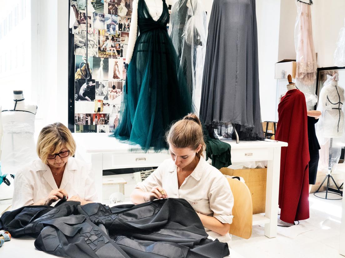 Atelier Valentino in Rome, Italy, 2015 © Jerome Sessini / Magnum Photos« Les petites mains de la haute couture montrent que le travail peut être un art. Or, malgré cette dimension de création, ces métiers restent très mal payés, alors que les produits finaux sont vendus parfois des fortunes puisque nous sommes dans le secteur du luxe. »