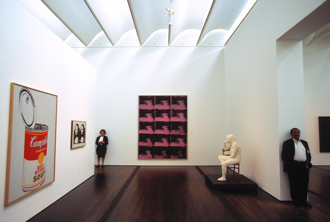 Modern Gallery of the Menil Collection, Houston, Texas, USA, 2000 © Thomas Hoepker / Magnum Photos« Dans une des œuvres d'art exposées dans cette salle de musée, un être humain est en position assise alors même que les surveillants, de vrais êtres humains, sont, eux, debout. Le contraste, la contradiction sont frappants. On se demande si ce ne sont pas les œuvres qui surveillent les surveillants »