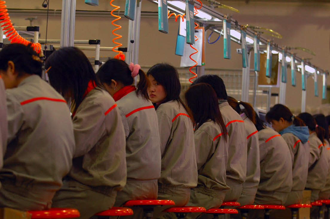 Usine d'électroménager, Shangai, Chine, 2006 © Jean-Michel Turpin« Cette photo, qui montre une rangée d'ouvrières anonymes devant une chaîne de montage, n'a une dimension humaine que parce que l'une des ouvrières a le visage tourné vers l'objectif. Ce regard empêche la photo d'exprimer une inhumanité totale. Il y a presque une forme d'interpellation. »
