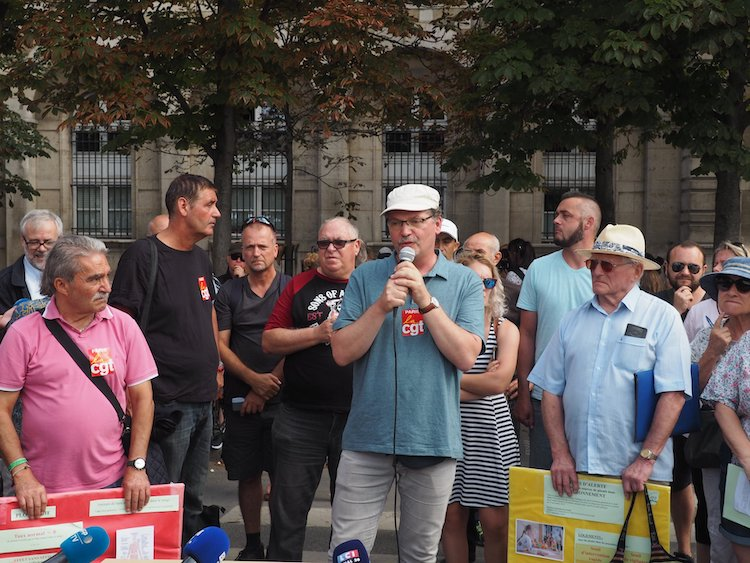 Notre-Dame de Paris : CGT et associatifs manifestent pour un « confinement total du site »